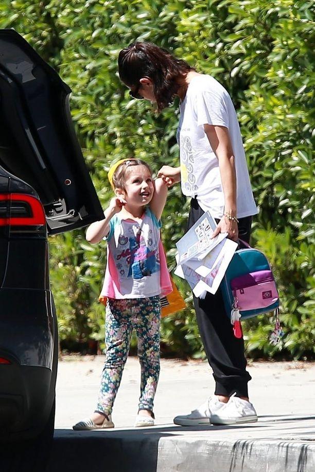 Mila Kunis ja Wyatt-tytär kävivät ruokaostoksilla yhdessä..