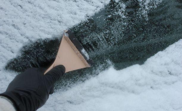 Vaaratilanteen aiheuttanut mies selitti tuulilasin olleen jäässä.