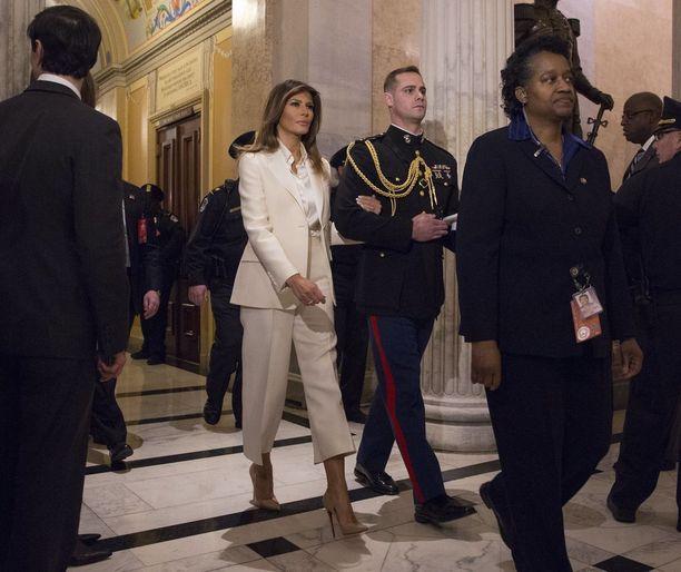 Melania Trump saateltiin pois miehensä puheen jälkeen.