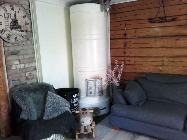 Olohuoneessa on sievä uuni ja sohvan saa tarvittaessa levitettyä.