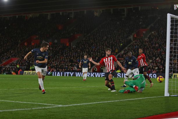 Ander Herreran (vas.) takavasara toi Manchester Unitedin tasoihin Southamptonin vieraana.