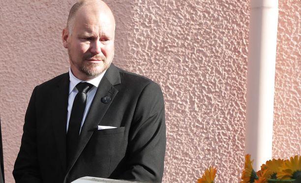 Janne Virtanen saatteli sunnuntaina vaimonsa tämän viimeiselle matkalle.