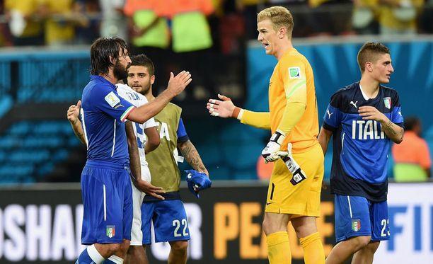Italian Andrea Pirlo paiskaa kättä Englannin Joe Hartin kanssa.