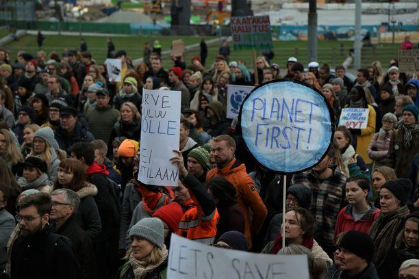 Lokakuussa Helsingissä järjestetty ilmastomarssi keräsi tuhansia ihmisiä.