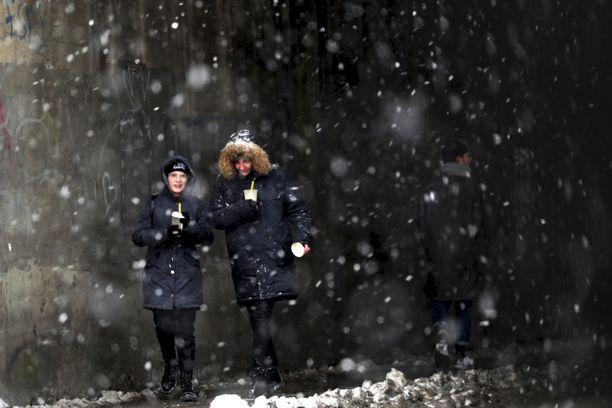 Latviassa koronan ilmaantuvuus on kasvanut viime viikkoon verrattuna. Maan hallitus päätti 5. helmikuuta jatkaa koronan takia tehtyä hätätilajulistusta kahdella kuukaudella. Kuvassa kaksi naista kävelyllä Riiassa.