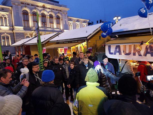 Laura Huhtasaari villitsi Keskustorilla Tampereella.Tuntuu, että kampanja etenee, noste on alkanut, Huhtasaari sanoi.