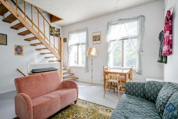 Huonekorkeus ja ikkunat luovat avaraa ja valoista tunnelmaa huoneistoon.