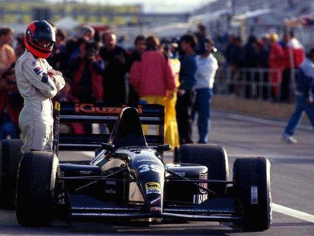 Perry McCarthy pääsi nippa nappa ulos varikkosuoralta kauden 1992 Espanjan GP:n karsinnoissa. Tilanne kertoi Andrea Modasta kaiken.