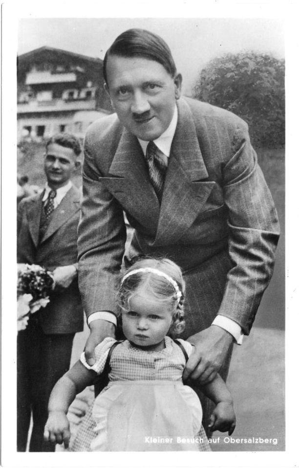 Berghofissa asuessaan Hitler antoi joka päivä tuhansien ihmisten tulla suojellulle alueelle tervehtimään itseään. Hitlerille lasten seurassa otetut kuvat olivat huolellista imagonrakennusta. Taustalla Berghof-huvila.