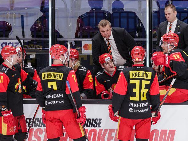 Jokerit lähtee vajaamiehisenä maanantai-illan otteluun. Myös päävalmentaja Lauri Marjamäki puuttuu edelleen vaihtoaitiosta.