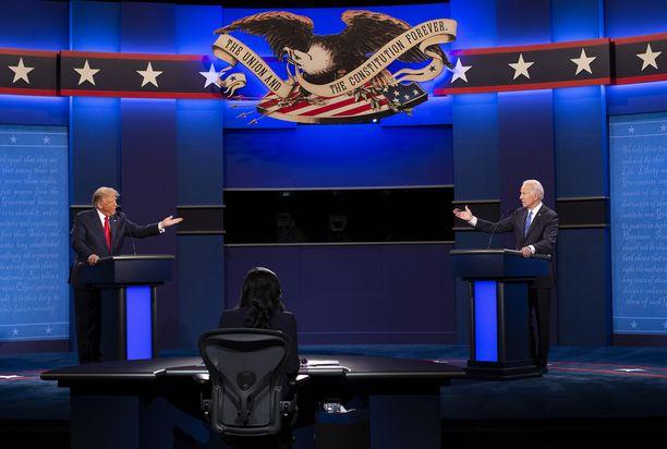 Republikaanien Donald Trump (vas.) ja demokraattien Joe Biden (oik.) viimeisessä väittelyssä 22. lokakuuta Nashvillessa, Tennesseessä.