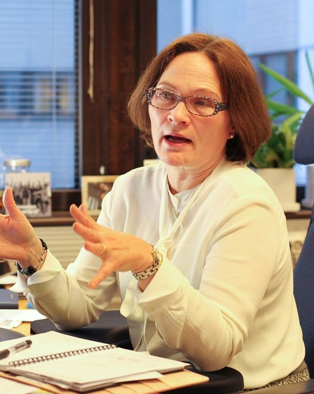 Sotaveteraaniliiton varainhankinapäällikkö Pia Mikkonen ihmettelee järjestöön kohdistuvia huhuja.