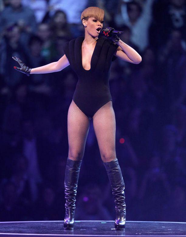 Rihannalta vaaditaan normaalia säädyllisempää show'ta.