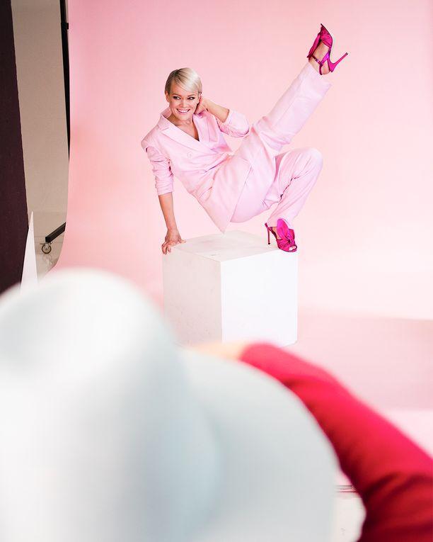 Roosa nauhan suunnittelutyö oli Anna Puulle kunnia. Hän toimii kampanjan keulakuvana tänä vuonna.