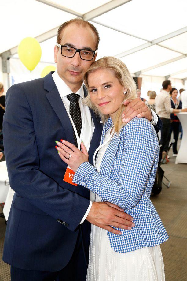 Tuore kihlapari edusti onnellisena perjantaina Radio Aallon konsertissa.