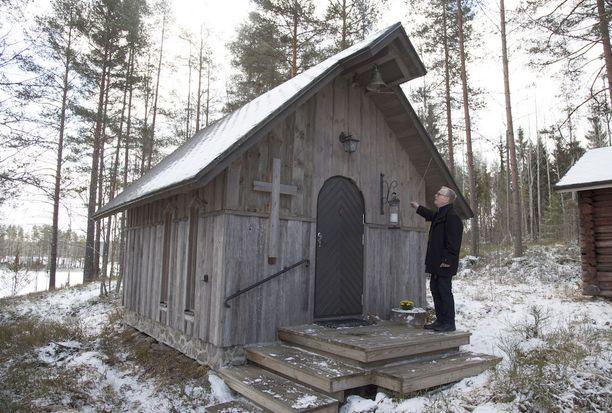 Kappelin pronssikello heläjää kauniisti yli Saimaan selän.