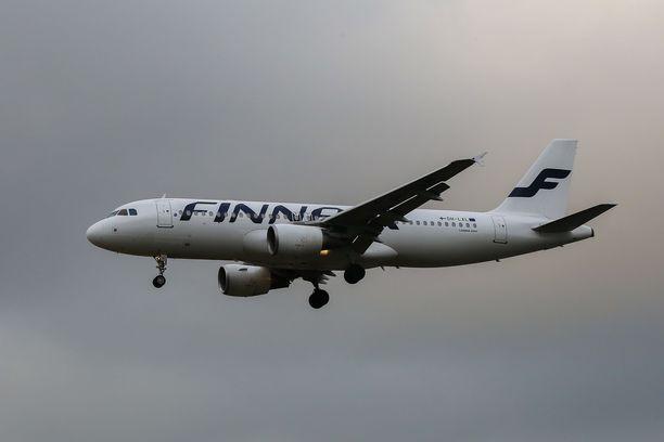 Turkulaismies huolestui lentoturvallisuudesta. Finnairilta kerrotaan, että matkustamovierailut ovat sallittuja tietyissä olosuhteissa. Kuvituskuva.