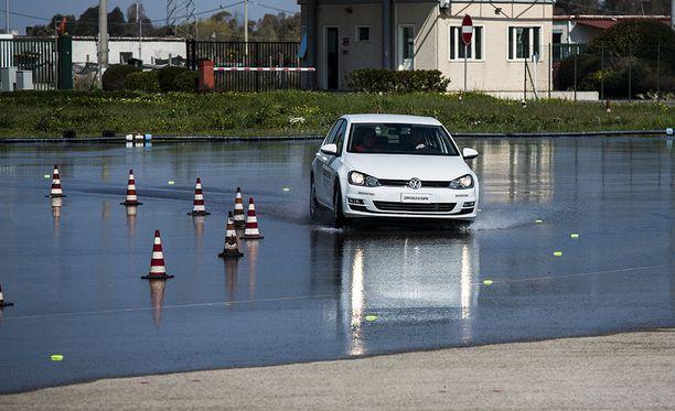 Tiukka 180 asteen mutka 70 km/h lasissa. Tilanne, jota ei haluaisi kokea liikenteen seassa.