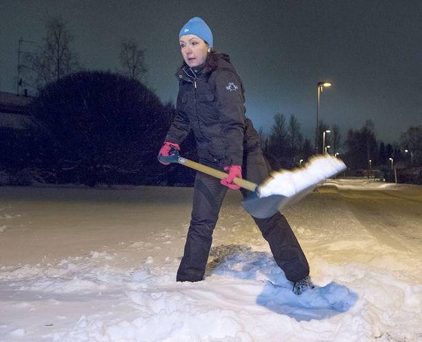 Nostaessa lunta pidä selkä suorana, jousta lonkista ja polvista. Tee nostotyö jalkojen lihaksilla, ja pidä taakka mahdollisimman lähellä vartaloa.