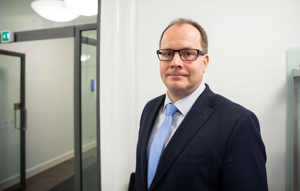 Tomi Lounema joutui eroamaan Huoltovarmuuskeskuksen toimitusjohtajan tehtävistä epäonnisten suojavarustekauppojen vuoksi.
