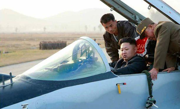 Vaikka Kimin ei olekaan nähty itse lentävän, ohjeistaa hän myös hävittäjälentäjiä.