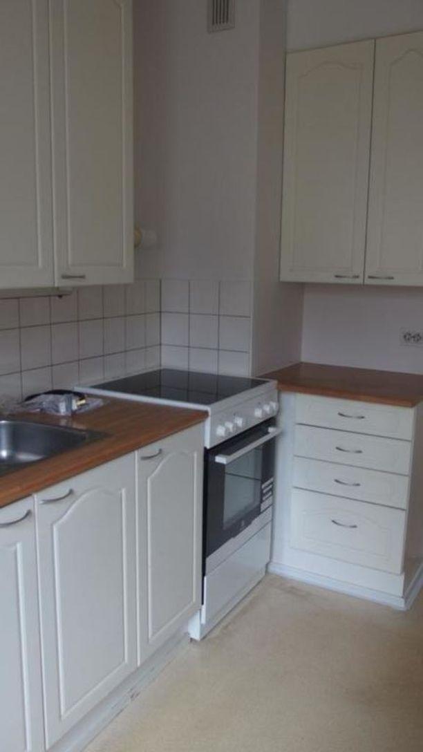 Asunnossa on pieni keittiö. Kyseessä on läpitalon huoneisto.