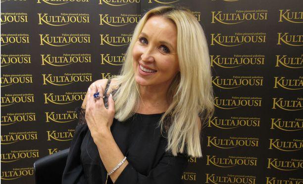 Susanna juhli pikkujoulua Tampereella arvokorut yllään: upea sinilila Tansaniitti -sormus ja timanttiranneke kiilsivät kaunottaren muodikkaassa lookissa.
