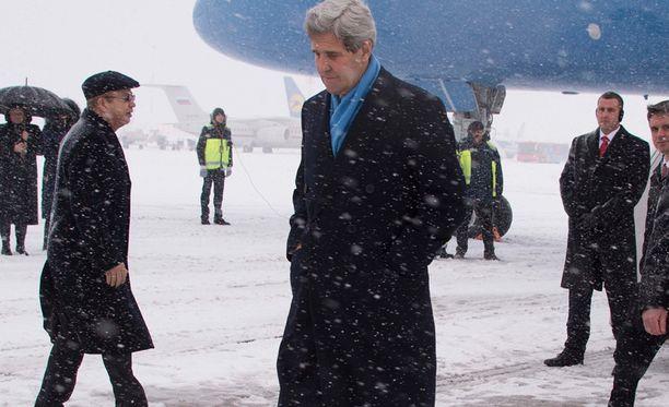 Kerry saapui lumipyryiseen Kiovaan.