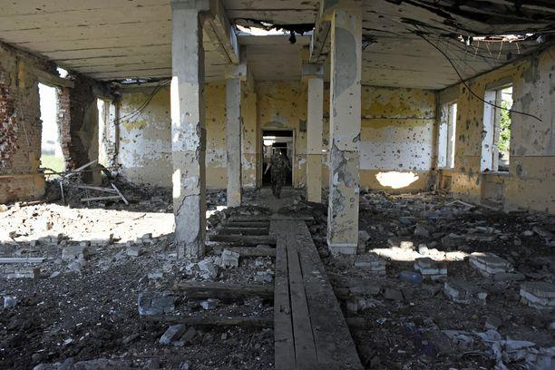 Zenitin tukikohta on ensimmäisessä puolustuslinjassa, vain noin kilometrin päässä Venäjän tukemien separastien lähimmistä asemista ja noin neljän kilometrin päässä Donetskin tuhoutuneesta lentoasemasta.