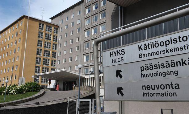 24-vuotias Tiina saapui miehensä kanssa synnyttämään ensimmäistä lastaan Helsingin Kätilöopistolle. Tiina menehtyi lopulta hätäsektion jälkeiseen verenvuotoon.