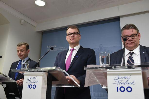 Ulkoministeri Timo Soini (ps) kyseli keskiviikkona keskustan johtajuuden perään. Valtiovarainministeri Petteri Orpo (kok) sanoi, että alkoholiuudistus viedään loppuun saakka. Pääministeri Juha Sipilän (kesk) mukaan omantunnonperiaatteesta pidetään kiinni.