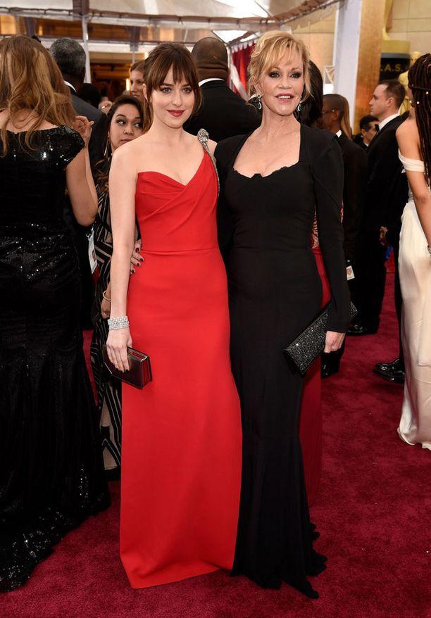 Näyttelijä Dakota Johnson äitinsä, näyttelijä Melanie Griffithin kanssa.