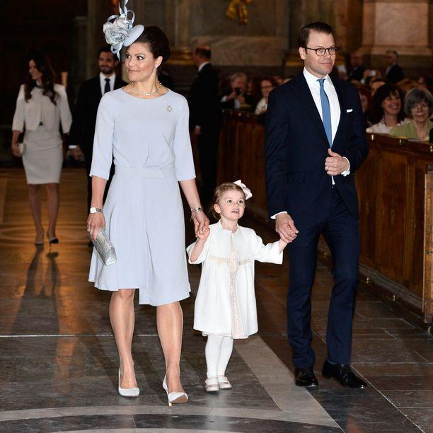 Loppukeväästä Victoria, Estelle ja Daniel saapuivat tilaisuuteen koko perheen voimin.