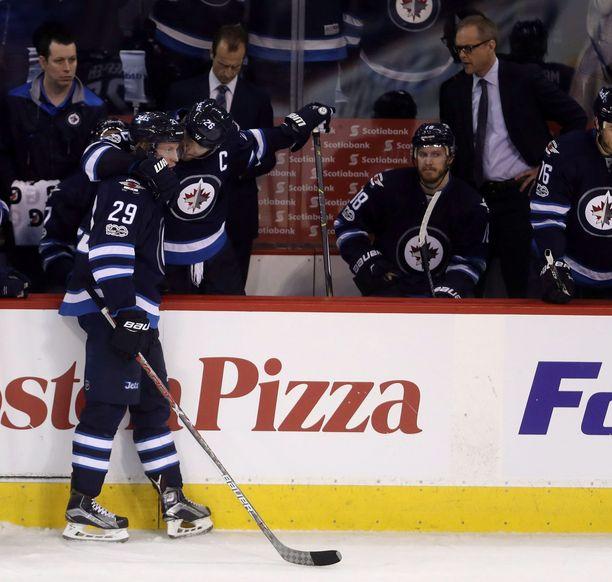 Patrik Laine (numero 29) käy sopimusvääntöä Jetsin kanssa.