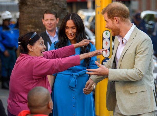 Meghan ja Harry ottavat epäkuninkaalliseen tapaan lähikontaktia faneihinsa.