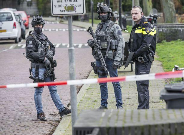 Poliisit partioivat ampumapaikalla maanantaina.
