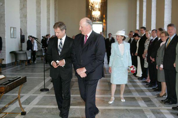 Kuningaspari tutustui iltapäivällä eduskuntaan. Arvovieraita saatteli puhemies Sauli Niinistö.