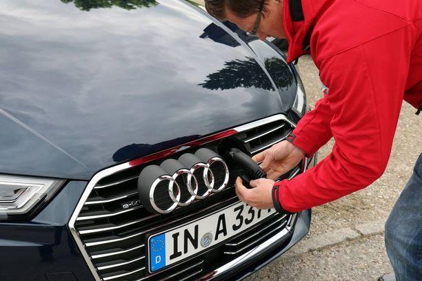 Sähkö-Audin latauspistoke on piilotettu olympiarenkaiden alle.