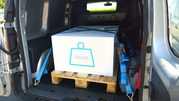 Koeajoautoissa oli 250 kilogramman huolella kiinnitetty lasti. Kuvassa pienimmän Kangoon tavaratila.