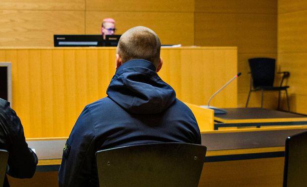 Vastarintaliikkeen jäsen potkaisi ohikulkijaa Helsingin Asema-aukiolla viime vuoden syyskuussa. Uhri menehtyi. Potkaisija tuomittiin törkeästä pahoinpitelystä kahdeksi vuodeksi vankeuteen.