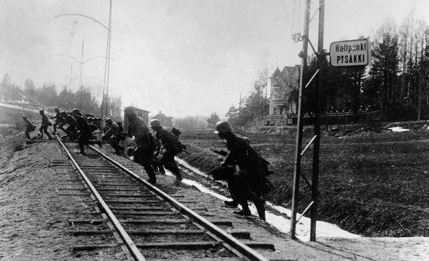 Saksalaissotilaat ylittävät rautatietä Suomessa vuonna 1917.