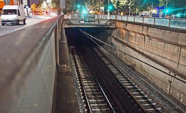 Insinööreiltä unohtui ilmeisesti mitata tunnelin leveys. Tähän tunneliin jämähti ensimmäinen testiajo. Juna sai kylkiinsä pahoja vaurioita.