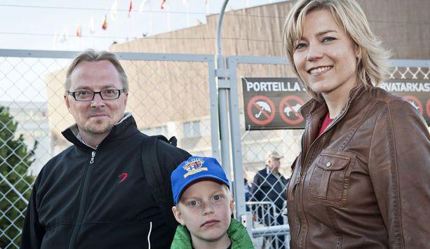 Ministeri Henna Virkkunen, hänen puolisonsa Matti Mäkinen ja Väinö-poika seuraavat urheilua mielellään myös kotikatsomossa.