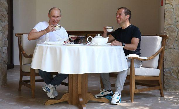 Vladimir Putin (vas.) ja Dmitri Medvedev juovat teetä näyttävästi uutisoidun kuntosaliharjoittelun jälkeen. Medvedev on ollut jo pitkään Putinin oikea käsi.