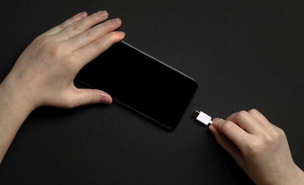 Moni pähkäilee, miten puhelinta tulisi ladata.