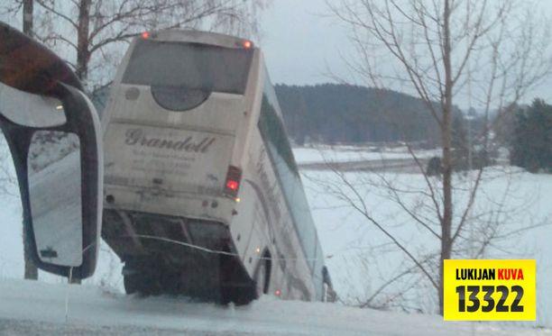 Suistunut linja-auto vei mukanaan 28 koululaista ojaan