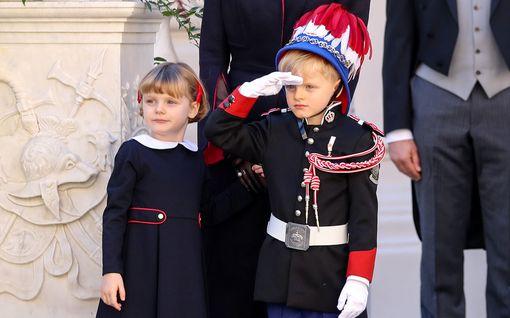 Monacon ruhtinasparin pikkukaksoset hurmasivat kansallispäivän juhlissa - poika imitoi isäänsä
