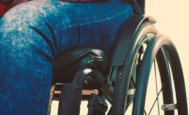 Pahoinpitelyn uhri istui pyörätuolissa. Kuvituskuva.