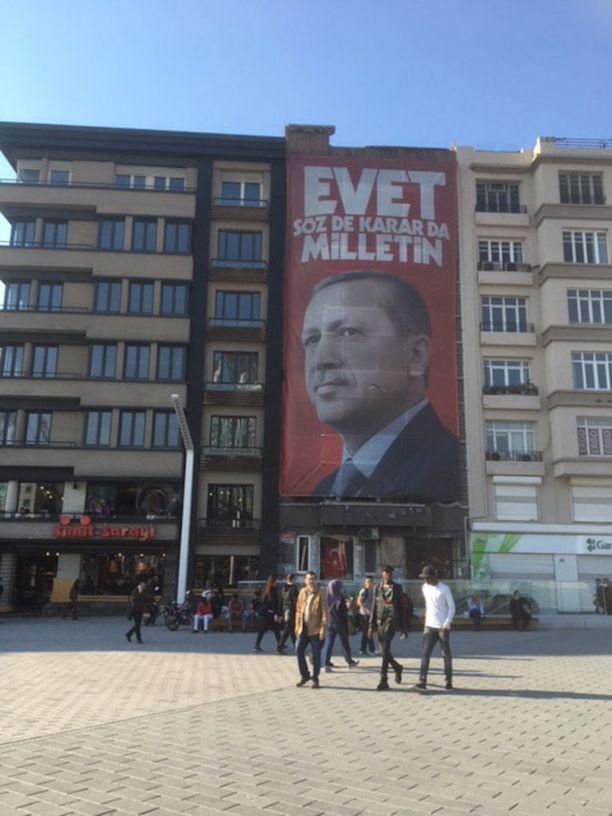 Kansanedustaja Anne Kalmari (kesk) lähetti Iltalehdelle kuvan Istanbulista Turkin kansanäänestyksen ajalta.