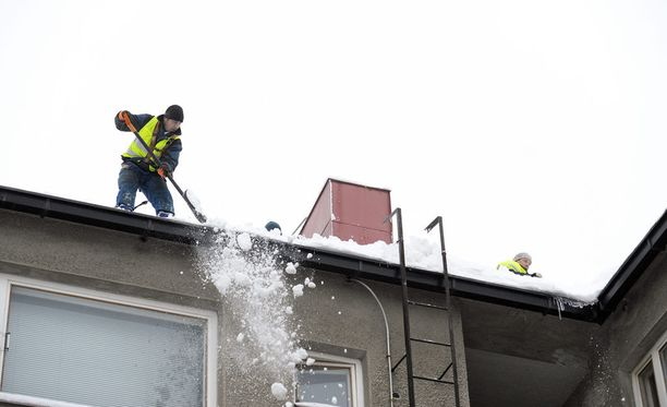 Savossa kiinteistönomistajia on kehotettu pudottelemaan lumia katolta. Kuvituskuva.